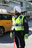 Le dirigeant du trafic de NYPD utilise le turban avec des insignes attachés à Manhattan Photos stock