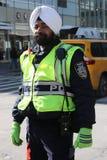 Le dirigeant du trafic de NYPD utilise le turban avec des insignes attachés à Manhattan Photographie stock libre de droits