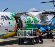 Le dirigeant portent tout le bagage de passager de chariot à l'avion Photos libres de droits