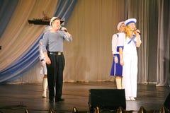 Le discours des acteurs du théâtre de variété avec danser la pièce comique vocale sur la marine le thème Image libre de droits