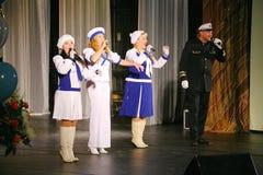 Le discours des acteurs du théâtre de variété avec danser la pièce comique vocale sur la marine le thème Photo libre de droits