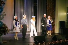 Le discours des acteurs du théâtre de variété avec danser la pièce comique vocale sur la marine le thème Images libres de droits