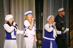 Le discours des acteurs du théâtre de variété avec danser la pièce comique vocale sur la marine le thème Photographie stock