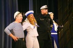 Le discours des acteurs du théâtre de variété avec danser la pièce comique vocale sur la marine le thème Images stock