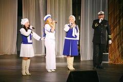 Le discours des acteurs du théâtre de variété avec danser la pièce comique vocale sur la marine le thème Photos libres de droits