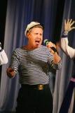 Le discours des acteurs du théâtre de variété avec danser la pièce comique vocale sur la marine le thème Photo stock
