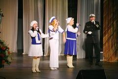 Le discours des acteurs du théâtre de variété avec danser la pièce comique vocale sur la marine le thème Photos stock