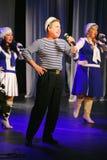 Le discours des acteurs du théâtre de variété avec danser la pièce comique vocale sur la marine le thème Image stock