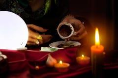 Le diseur de bonne aventure tient une tasse de café vide Image libre de droits