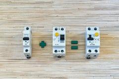 Le disjoncteur plus un dispositif actuel résiduel est égal au disjoncteur différentiel photographie stock