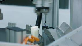 Le dispositif automatique pour la production des compte-gouttes remet à zéro le produit fini à l'usine du matériel médical banque de vidéos