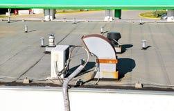 Le dispositif de climatisation assemblé sur un bâtiment/évents sur le bâtiment/air commerciaux a refroidi le dessus de refroidiss image stock