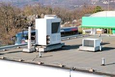Le dispositif de climatisation assemblé sur un bâtiment/évents sur le bâtiment/air commerciaux a refroidi le dessus de refroidiss images libres de droits