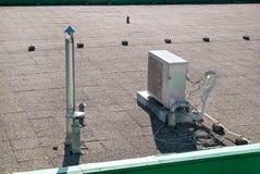 Le dispositif de climatisation assemblé sur un bâtiment/évents sur le bâtiment/air commerciaux a refroidi le dessus de refroidiss photos stock
