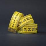 le dispositif a destiné la bande de mesure de mesure de longueur système métrique Fond noir Photo stock