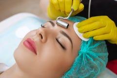 Le dispositif est cosmétologie faciale Images stock