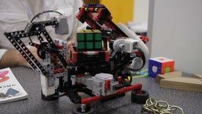 Le dispositif innovateur assemble le cube en rubiks à l'exposition des inventions banque de vidéos