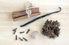 Le disposizioni di Natale sulla raccolta di legno della spezia di natale, della tavola, sulla cannella, sulla noce moscata, sul b Fotografie Stock
