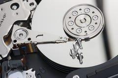 Le disque dur démonté là sont des plats avec les surfaces de fonctionnement sur lesquelles les vis se trouvent photographie stock libre de droits