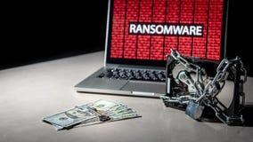 Le disque dur a fermé à clef avec l'attaque de cyber de ransomware sur l'ordinateur image stock