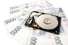 Le disque dur ouvert, avec les billets de banque tchèques d'argent Image stock