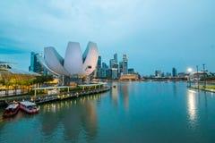 Le district des affaires et le bâtiment financier à Singapour la nuit images libres de droits