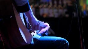 Le dita del musicista gioca la chitarra acustica video d archivio