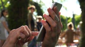 Le dita della mano cliccano sopra il sensore del telefono cellulare stock footage