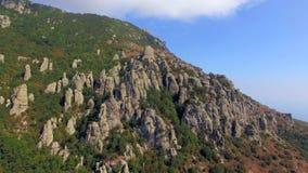 Le dita di pietra attaccano dalla foresta sulla montagna Vista dell'occhio del ` s dell'uccello archivi video