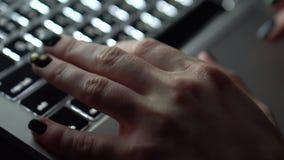 Le dita femminili toccano il touchpad del ` s del computer portatile video d archivio