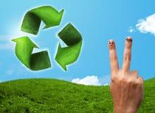 Le dita sorridente felici che esaminano la foglia verde riciclano il segno Fotografia Stock Libera da Diritti