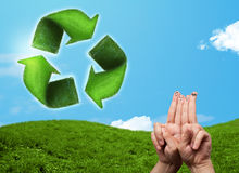 Le dita sorridente felici che esaminano la foglia verde riciclano il segno Immagini Stock