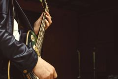 Le dita sul fretboard della chitarra fotografie stock libere da diritti