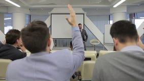 Le divan d'affaires demande aux personnes qui veulent être réussies pendant la formation et soulever leurs mains banque de vidéos