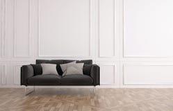 Le divan gris dans un bois classique a lambrissé la pièce Image libre de droits