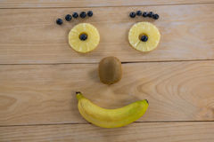 Le divers fruit a arrangé dans le visage souriant Photo stock