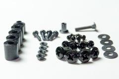 Le divers métal se boulonne, des écrous, joints se trouvent l'un à côté de l'autre sur W Images stock