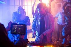 Le DJ à la yole dans la boîte de nuit Photographie stock libre de droits
