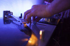 Le DJ éditant la musique nivelle sur le pupitreur Photographie stock