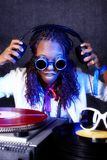 Le DJ afro-américain dans l'action Photographie stock libre de droits