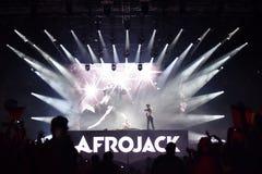 Le DJ Afrojack se mélangeant sur l'étape Image stock