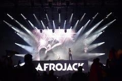 Le DJ Afrojack se mélangeant sur l'étape Photographie stock