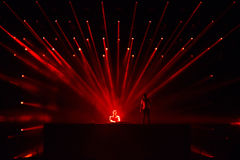 Le DJ Afrojack se mélangeant sur l'étape Photographie stock libre de droits