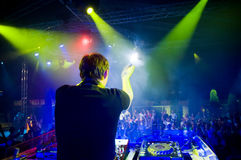 Le DJ au concert, mouvement brouillé Images libres de droits