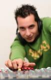 Le DJ au mélangeur embarquent Photo stock