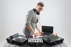 Le DJ au travail d'isolement sur le fond blanc Photo libre de droits