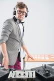 Le DJ au travail d'isolement sur le fond blanc Photos libres de droits