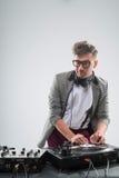 Le DJ au travail d'isolement sur le fond blanc Image libre de droits