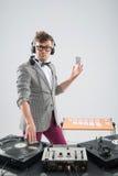 Le DJ au travail d'isolement sur le fond blanc Images libres de droits