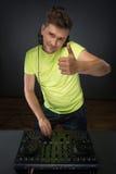 Le DJ au travail d'isolement sur le fond gris-foncé Photo libre de droits